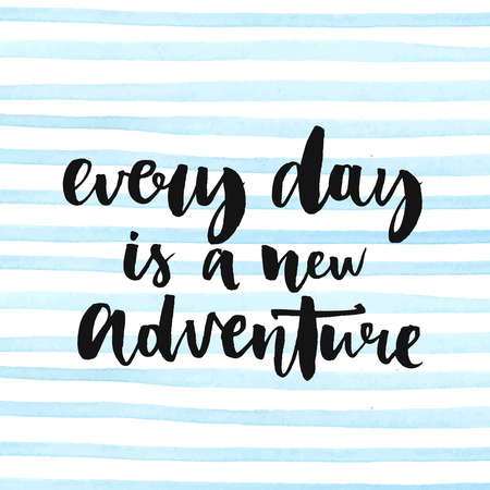 Cada día es una nueva aventura. Cita inspirada de la vida, frase positiva. Texto caligrafía moderna, escrita a mano con pincel y tinta negro en rayas de acuarela de fondo.