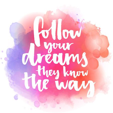 Folge deinen Träumen Sie kennen den Weg. Inspirierend Zitat über das Leben und die Liebe. Moderne Kalligraphie Text, handschriftlich mit Pinsel auf rosa und orange-Aquarell-Splash-Hintergrund mit bokehs. Standard-Bild - 48604350