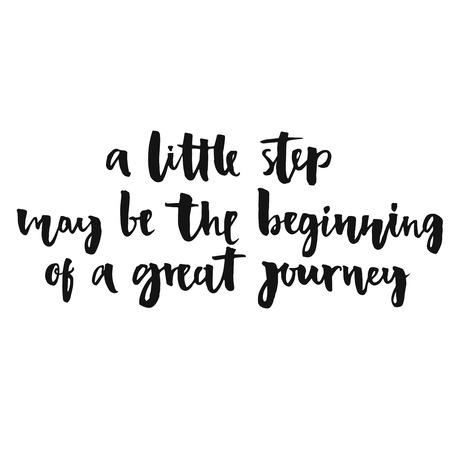 путешествие: Чуть шаг может стать началом большого пути. Вдохновляющие цитаты, положительно говорится. Современный каллиграфии текст, рукописный с кистью и черной краской, на белом фоне. Иллюстрация