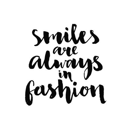 笑顔は、常にファッションに。墨と筆、ポスター、t シャツ、カードのレタリング カスタム手書きインスピレーションを引用。白い背景に分離されたベクトル書道