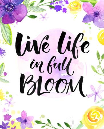 꽃의 전체 라이브 생활. 영감 말, 따뜻한 소원 핸드 레터링 카드. 수채화 꽃과 브러시 서예. 밝은 노란색, 보라색, 보라색 색상.