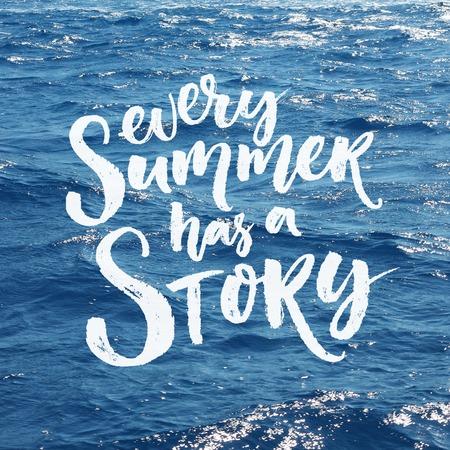 de zomer: Elke zomer heeft een verhaal. Borstelkalligrafie overlay op de zee foto. Blauwe en witte kleuren. Inspirational belettering over de zomertijd