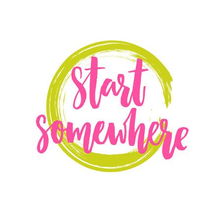 Comenzar en alguna parte. cartel de motivación con las letras del cepillo, la frase rosado en marco redondo verde. diseño del vector de la cita inspiradora