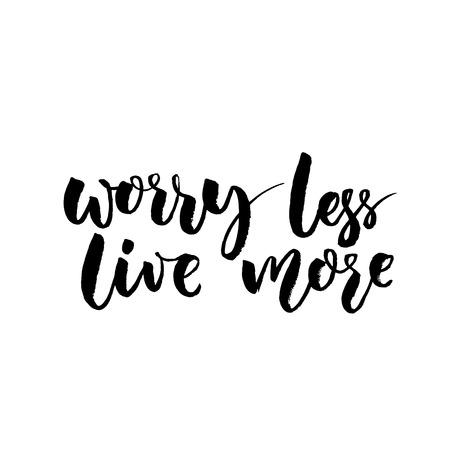 Preocupate menos, vive más. Cita inspirada, diseño de la tipografía áspera para carteles y tarjetas. pincel de vector letras en negro en el fondo blanco