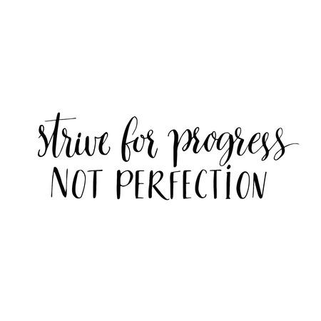 Strebe nach Fortschritt und nicht nach der Perfektion. Motivzitat, moderne Kalligraphie. Schwarzer Text auf weißem Hintergrund