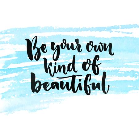 Wees je eigen soort van schoonheid. Inspirerend citaat over schoonheid en gevoel van eigenwaarde. Borstel letters voorzien bij blauw waterverftextuur Vector Illustratie