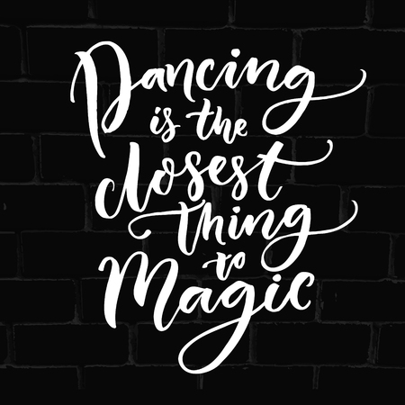 El baile es lo más parecido a la magia. Cita inspirada de la danza. cartel de la tipografía para las clases de baile, salón de baile y las embarcaciones de suelo. diseño de la camiseta del bailarín