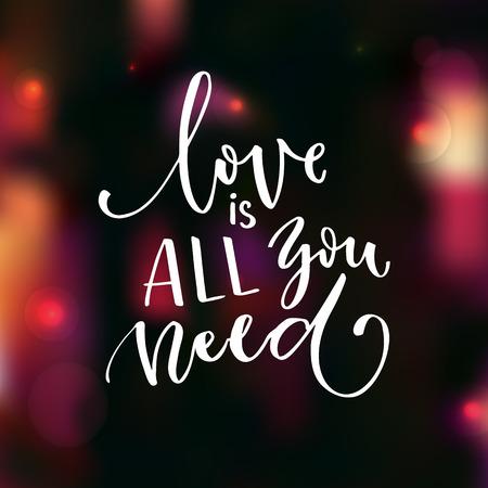 Liebe ist alles was du brauchst. Romantisches Sprichwort für Valentinstagkarte. Moderne Kalligraphie handgeschrieben auf unscharfem Hintergrund mit Lichtern und bokeh. Vektorgrafik