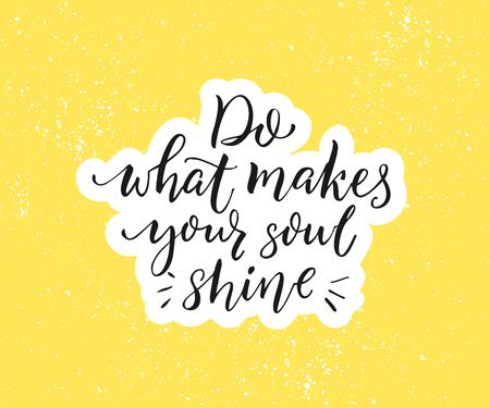 Haz lo que hace que tu alma brille. Cita inspiradora positiva. Caligrafía de pincel negro sobre fondo amarillo. Cartel motivacional y diseño de vectores de tarjetas de felicitación