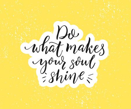 Haz lo que hace que tu alma brille. Cita inspiradora positiva. Caligrafía de pincel negro sobre fondo amarillo. Cartel motivacional y diseño de vectores de tarjetas de felicitación Foto de archivo - 81630053