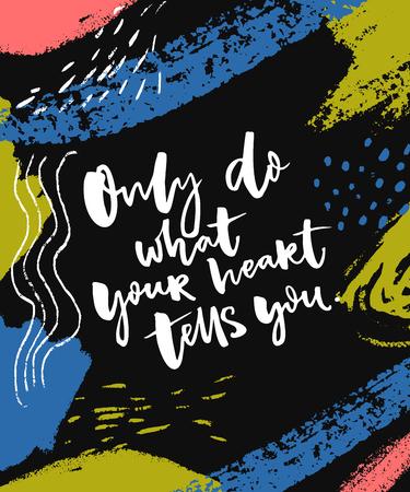 Doe alleen wat je hart je schreeuwt. Inspirerend zeggen bij abstracte geschilderde donkere achtergrond.