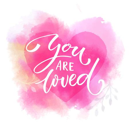 Je bent geliefd. Romantisch gezegde op roze aquarel hart. Moderne kalligrafie.