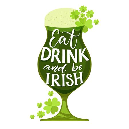 Eet, drink en wees Iers. Grappig St. Particks dagcitaat. Typografie op glas met groen bier en klaver geïsoleerd op een witte achtergrond. Vector ontwerp voor t-shirts en wenskaarten