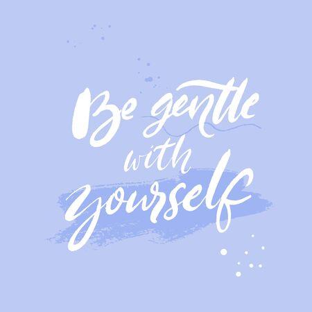 Seien Sie sanft zu sich selbst. Positives Zitat über psychische Gesundheit und Selbstfürsorge. Inspirierender Spruch für Karten, Poster. Weißer handgeschriebener Text auf pastellblauem Hintergrund mit Pinselstrichen.