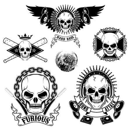 Conjunto de emblemas con los cráneos. Dj cráneo, cráneo del motorista, cráneo con cuchillas. Las plantillas de diseño y elementos. Foto de archivo - 50016602