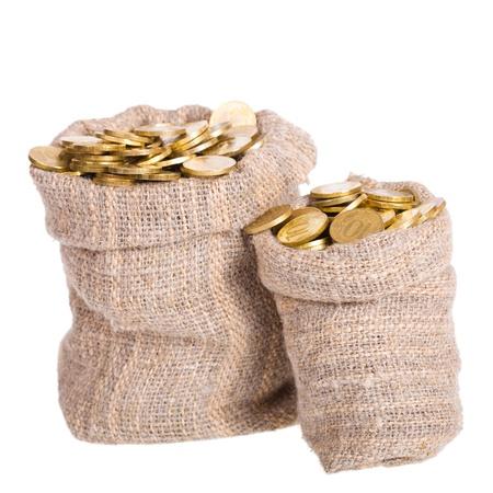 Bolsas llenas de monedas. Un fondo blanco. Aislado.
