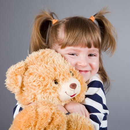 vintage teddy bears: ragazza di quattro anni si siede con un orso giocattolo
