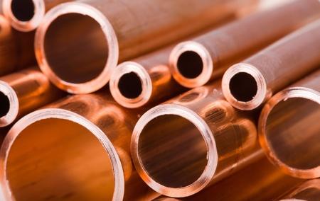 red tube: Conjunto de tuber�as de cobre de di�metro diferente en un mont�n