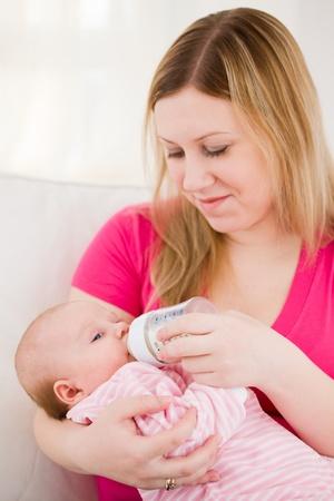 baby biberon: Alimentazione del bambino petto da un mix di latte dalla bottiglia piccola per bambini Archivio Fotografico
