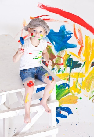 the fair haired: chica en una gorra con las pinturas