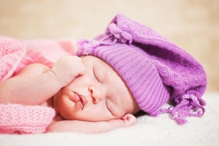 enfant qui dort: nouveau-n� (� l'�ge de 14 jours) dort dans un bonnet tricot� Banque d'images