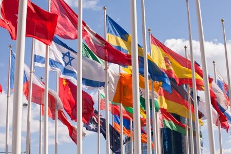 banderas del mundo: Banderas del mundo felizmente flotando en el viento.