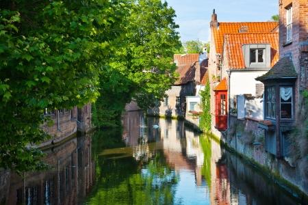 Affichage classique des canaux de Bruges. Belgique. Cité médiévale de conte de fées. Paysage d'été en milieu urbain.