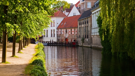 brugge: Classic view of channels of Bruges  Belgium  Medieval fairytale city  Summer urban landscape