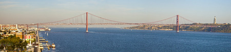 lisbonne: Panorama of bridge 25 de Abril on river Tagus at sunset, Lisbon, Portugal