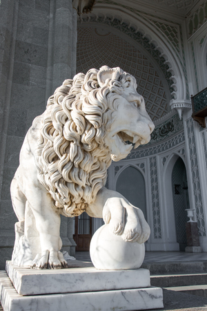 CRIMEA, RUSSIA - SEPTEMBER 25, 2014:skulptura a lion in Vorontsov Palace in Alupka. The palace is built in 1848. 新聞圖片