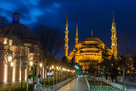 Sultan Ahmed Mosque (Blaue Moschee) in Istanbul in der Nacht in der Abendbeleuchtung