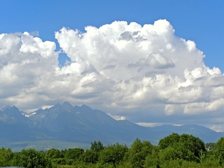 groupings: Nuvole nel cielo sopra le montagne costituite da immagini di varie forme e raggruppamenti.