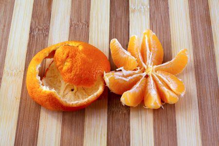 orange peel clove: Closeup of cloves of a mandarin, peel on the background