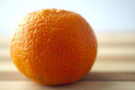 orange peel clove: Closeup di un mandarino intero su un supplente in legno colori di sfondo