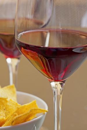 Detalle de copas de vino y aperitivos en una tabla