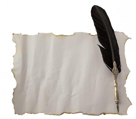 scrapbook cover: Antigua Pluma sobre un documento antiguo, aislado en blanco