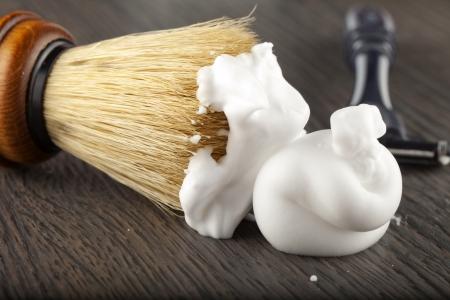 peluquero: Cerca de la espuma y el pincel, con navaja en la espalda