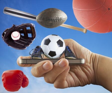 guante de beisbol: Una mano masculina la celebraci�n de un smartphone con s�mbolos deportivos Foto de archivo