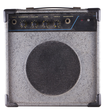 superdirecta: Peque�o amplificador de edad polvoriento para guitarra y bajo guitarra, aislado m�s de blanco Foto de archivo