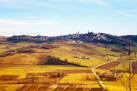 over the hill: Ciudad sobre la colina, landscapeunder cielo azul, imagen horizontal