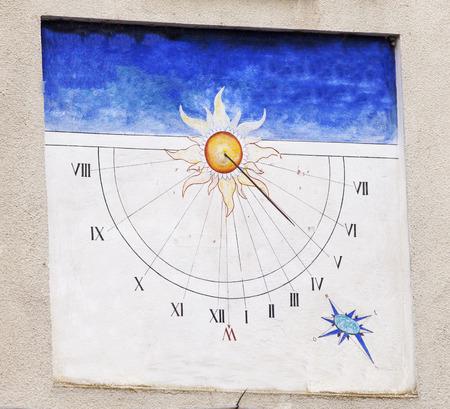 reloj de sol: Reloj de sol en una pared, azul y blanco, horizontal de la imagen