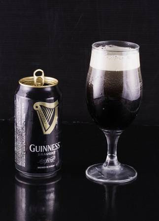 stout: DE SEPTIEMBRE DE 1, 2016: Guinness lata de cerveza y vidrio. Guinness es una cerveza negra irlandesa seca producida por Diageo que se originó en la fábrica de cerveza Guinness de Arthur (1725-1803) en la puerta de St. James, Dublín
