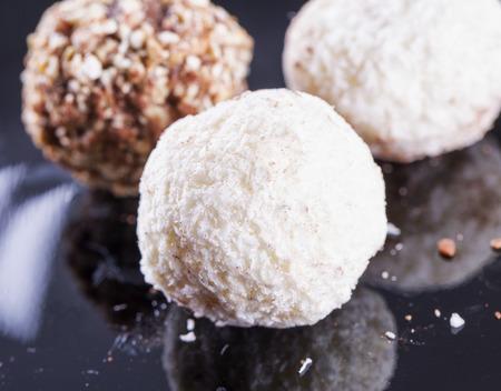 truffe blanche: truffe blanche sur fond noir, image horizontale