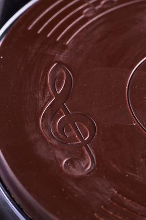 chiave di violino: chiave di violino sul cioccolato, close up, immagine verticale