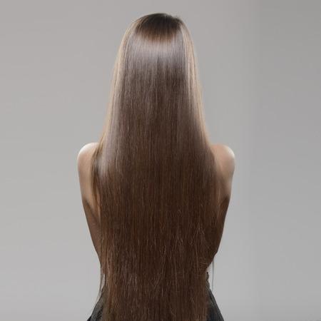 donna con lunghi capelli lisci scuri