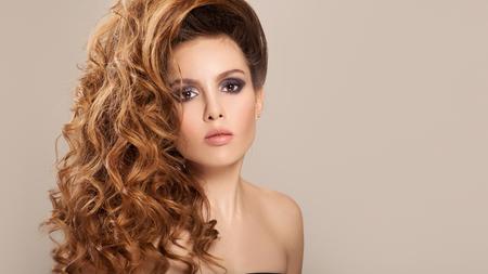 Portret van een mooie vrouw met lang haar en make-up.