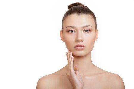 mujer de piel limpia se toca las mejillas con la mano. Concepto de piel de rostro perfecto sobre fondo blanco.