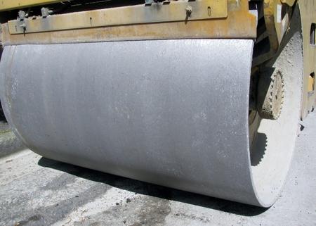 vibration machine: Compact steamroller flatten out the asphalt.
