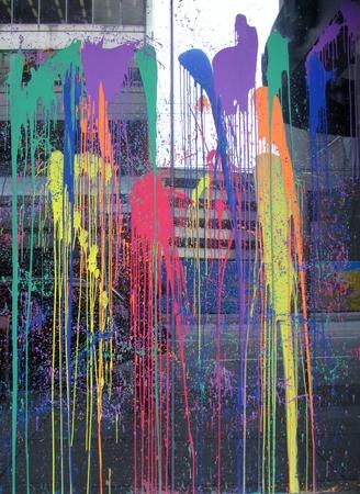비즈니스 빌딩의 창문에 산산조각 난 페인트 스톡 콘텐츠