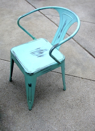 Blue garden metal chair on a concrete patio floor. Imagens - 75724014
